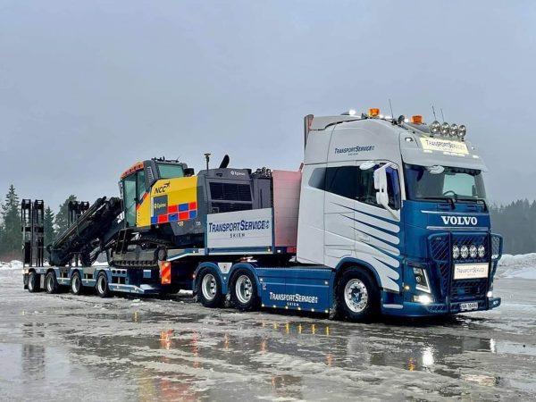 Transport Service AS Skien; VOLVO FH4 GLOBETROTTER XXL 6X4 SEMI LOW LOADER | RAMPS - 4 AXLE - WSI - 01-3477 - 1:50