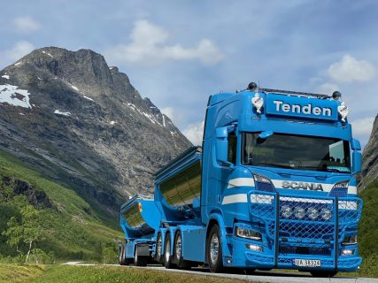 Tenden; SCANIA R HIGHLINE CR20H 8X2 TAG AXLE RIGED | TRUCK | HOOKLIFT SYSTEM + HOOKLIFT CONTAINER ASPHALT – 3 AXLE – WSI – 01-3603 – 1:50