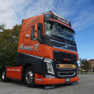 *PREORDINE* MASSUCCO T. – Volvo Fh4 4×2 con semirimorchio ribassato 3 assi – Wsi 02-278